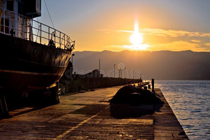 Stad av den Rijeka vågbrytaren på solnedgångsikten arkivbilder