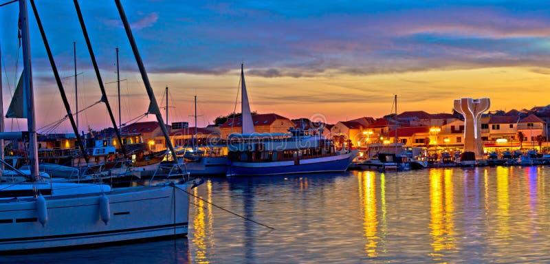 Stad av den Vodice hamnen och monumentet royaltyfri fotografi