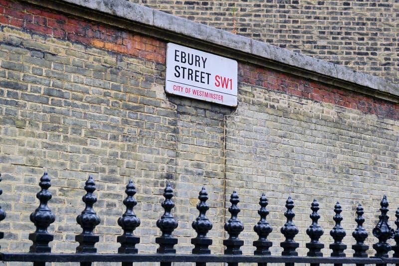 Stad av det Westminster gatatecknet på den gamla tegelstenväggen royaltyfri bild