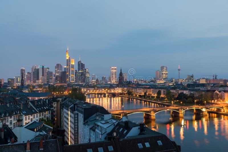 Stad av Frankfurt - f.m. - huvudsaklig horisont på natten, Frankfurt, Tyskland arkivbild