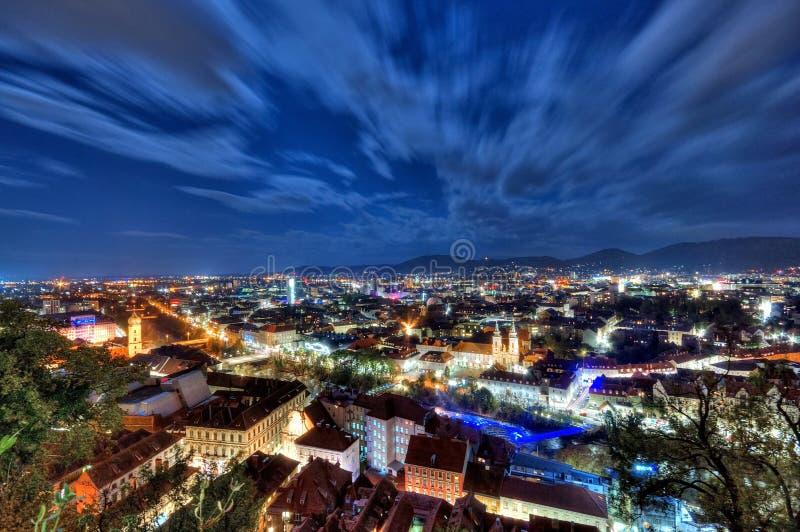 Stad av Graz på natten royaltyfri bild