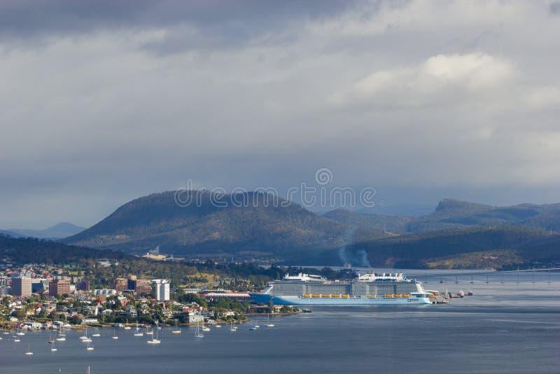Stad av Hobart och den Derwent breda flodmynningen med anslutning för kryssningskepp i den Hobart hamnen arkivbild