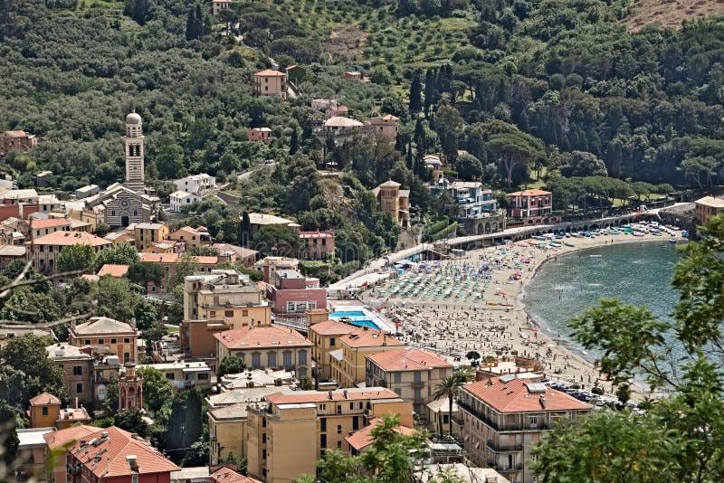 Stad av Levanto som ses från kullarna, nära Cinque Terre dig royaltyfri foto