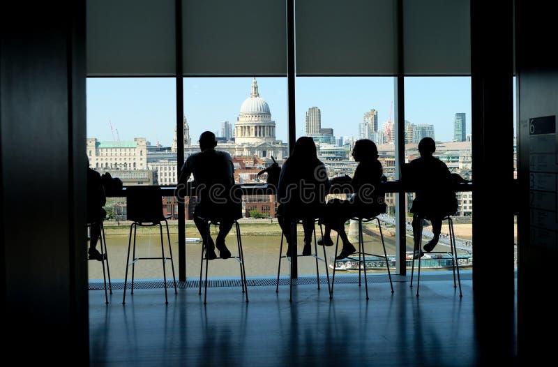 Stad av London, Förenade kungariket 6th Juli 2019: London horisont inklusive St-paulsdomkyrka, sikt som ses från kafét på Tate på royaltyfri fotografi
