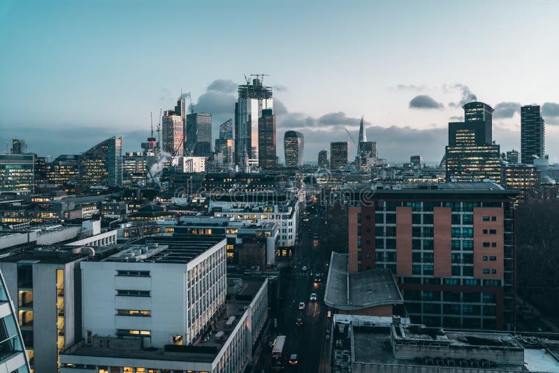 Stad av London finansiell områdeshorisont på natten royaltyfria bilder