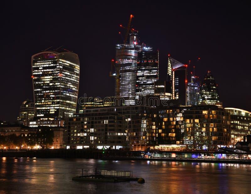 Stad av London horisont på natten royaltyfri fotografi