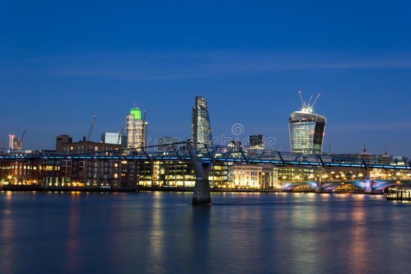 Stad av London på skymning royaltyfri fotografi