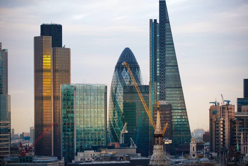 Stad av London på solnedgången Berömd skyskrapastad av den London affären och bankrörelseariasikten på skymning london uk arkivbild