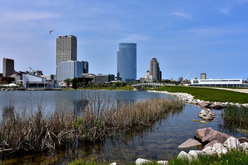 Stad av Milwaukee horisont som beskådad från Lakeshore delstatspark fotografering för bildbyråer