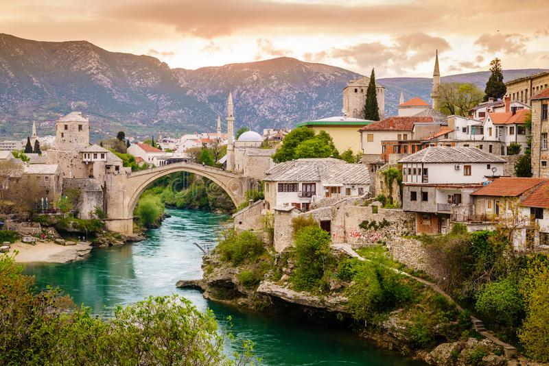 Stad av Mostar och den Neretva floden royaltyfri bild