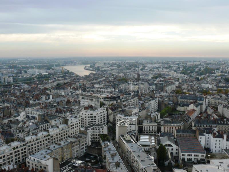Stad av Nantes som ses från himlen arkivfoton