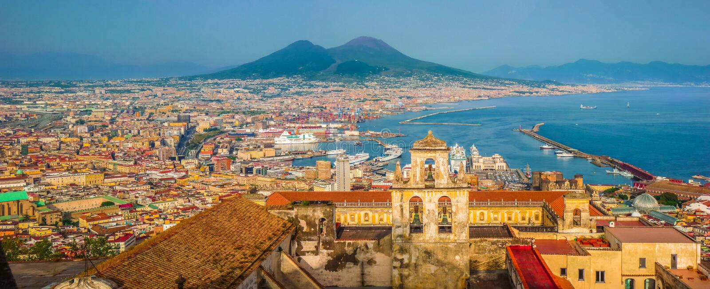 Stad av Naples med Mt Vesuvius på solnedgången, Campania, Italien royaltyfri bild