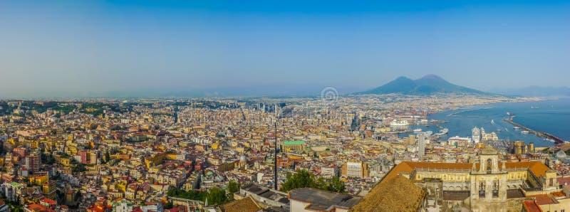 Stad av Napoli med Mount Vesuvius på solnedgången, Campania, Italien fotografering för bildbyråer