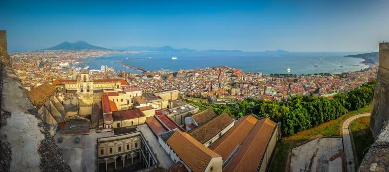 Stad av Napoli med Mount Vesuvius på solnedgången, Campania, Italien royaltyfri foto