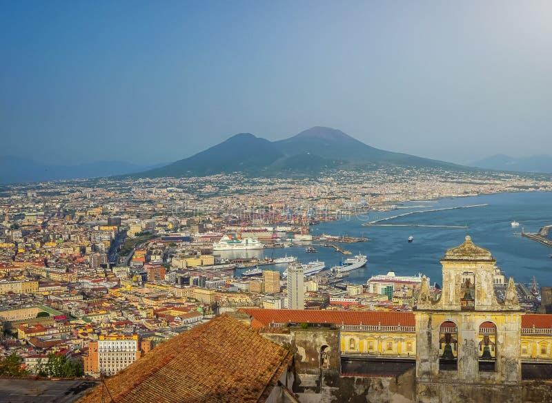Stad av Napoli med Mount Vesuvius på solnedgången, Campania, Italien arkivfoto