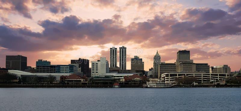 Stad av Peoria på en molnig afton royaltyfria foton