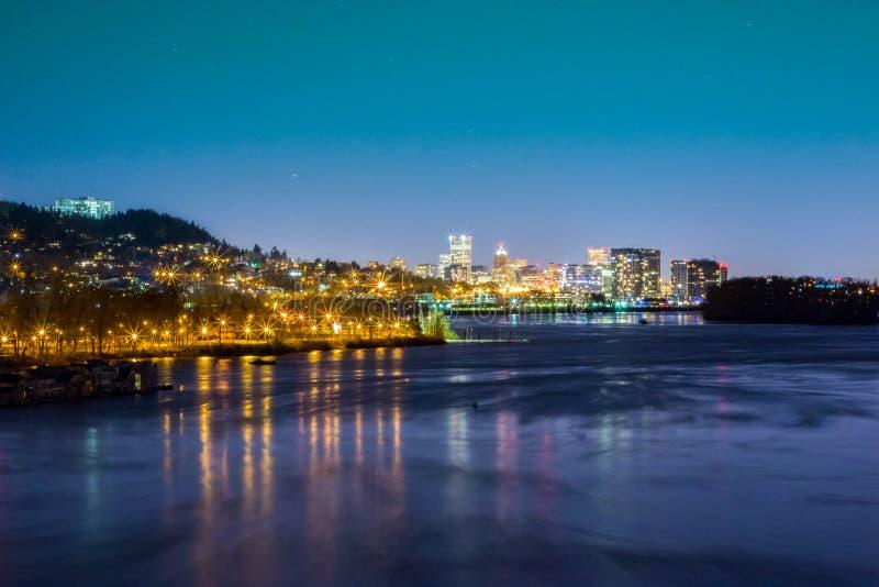 Stad av Portland på Night— från söderna som inramas med den Willamette floden royaltyfri bild