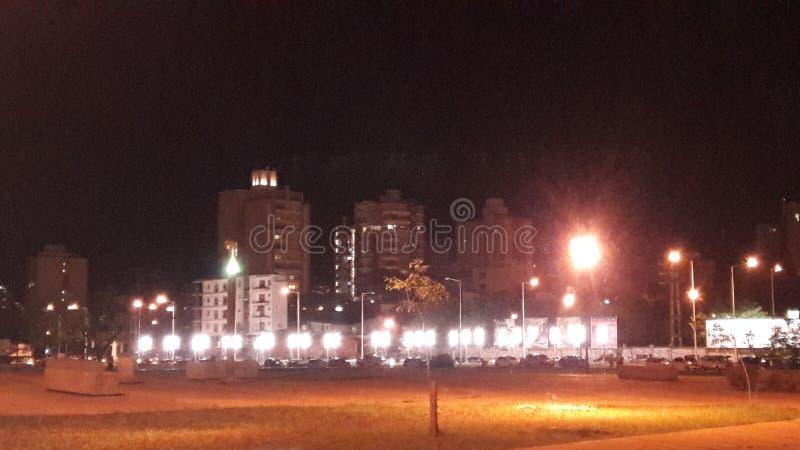 Stad av Posadas på natten royaltyfri bild