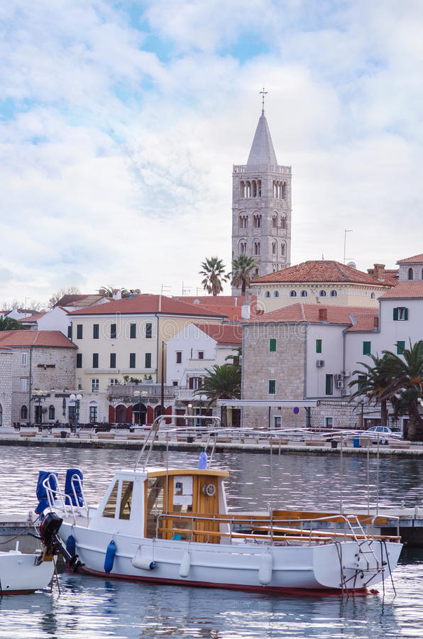 Stad av Rab, på en ö Rab i Kroatien, sikt på det gamla centret och port royaltyfria foton