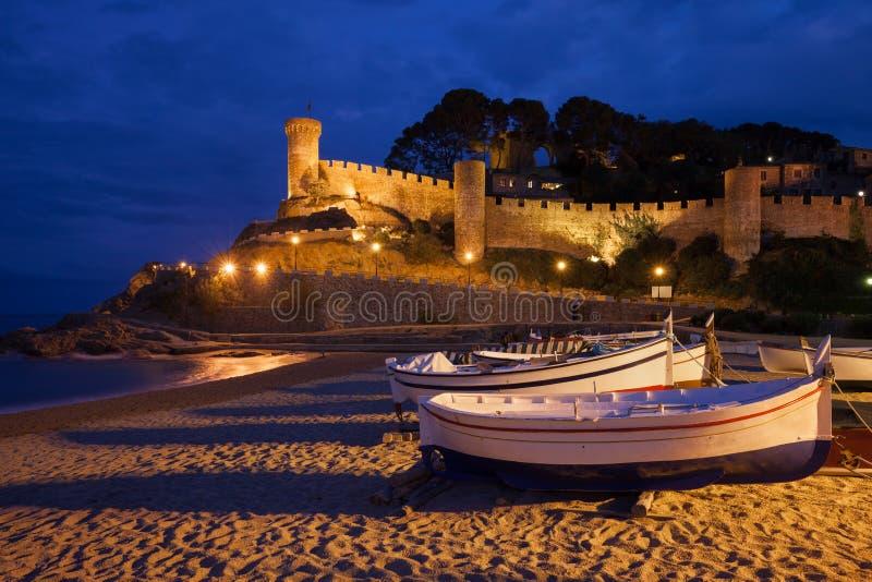 Stad av Tossa de Mar vid natt i Spanien fotografering för bildbyråer
