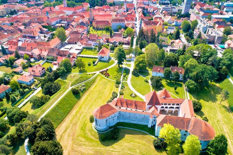 Stad av Varazdin den historiska mitten och den flyg- sikten för berömda gränsmärken arkivfoto