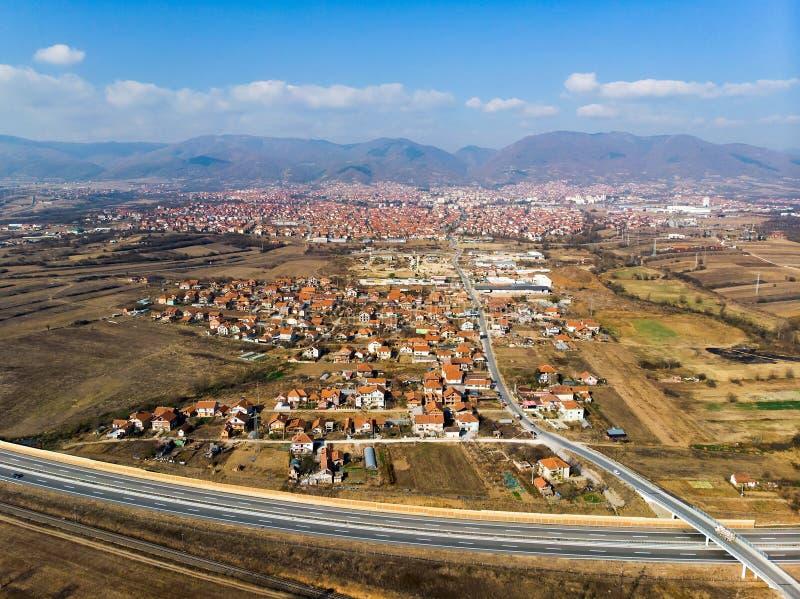 Stad av Vranje i den södra Serbien flyg- sikten royaltyfria bilder