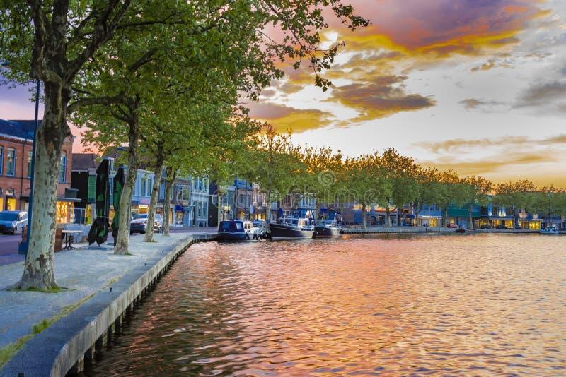 Stad av wormer på bankerna av den zaan floden Nederländska Holland arkivbild