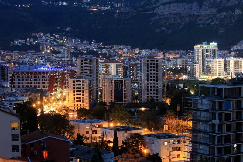 Stad in bergen in de avond stock afbeeldingen