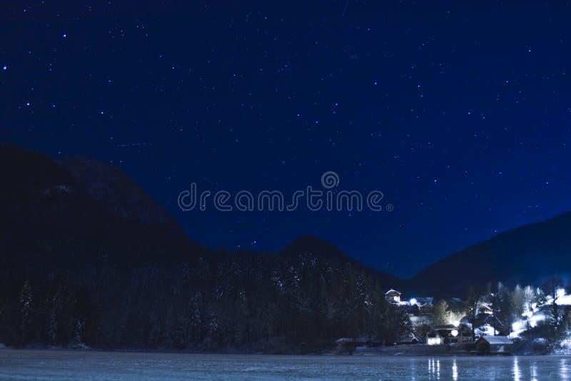 Stad bij nacht stock afbeelding