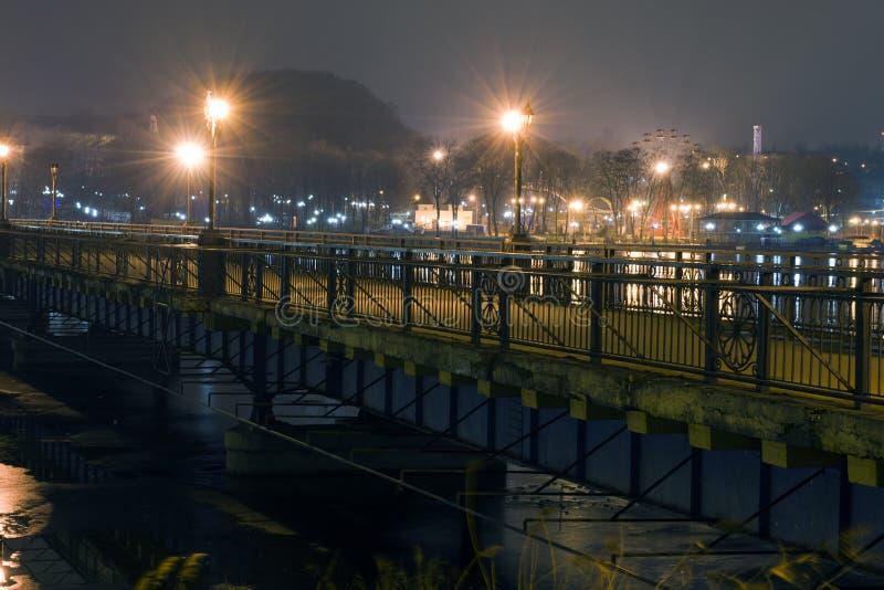 Stad bij nacht Brug stock foto's