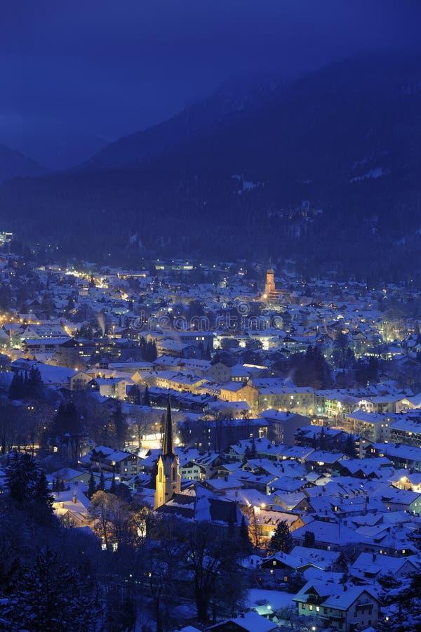 Stad bij nacht in de winter stock foto