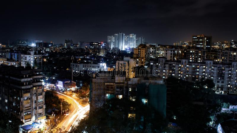 stad bij nacht met gebouwen royalty-vrije stock foto