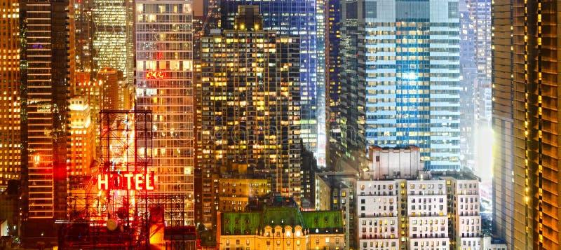 Stad bij nachtbanner