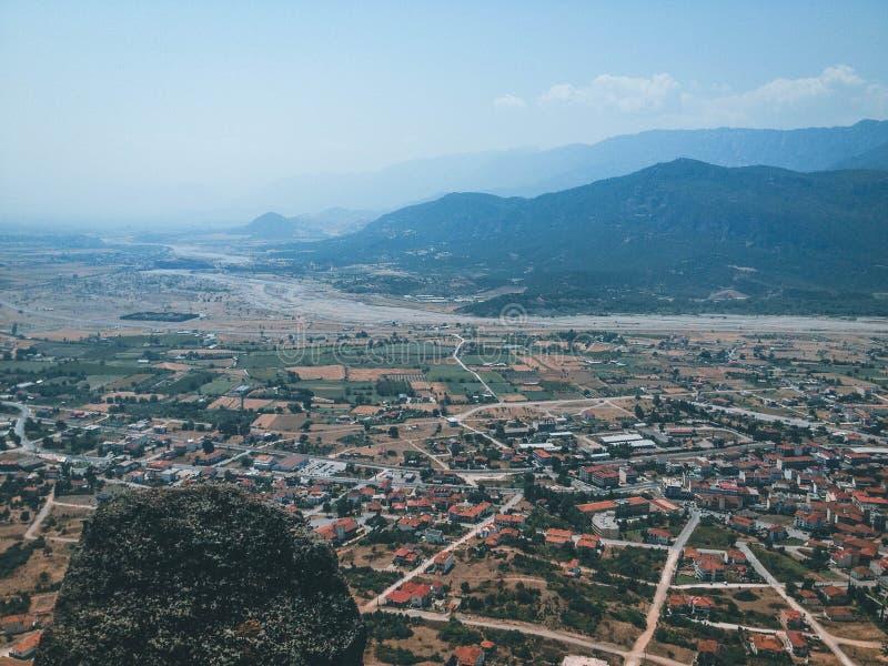 Stad bland bergen royaltyfri fotografi