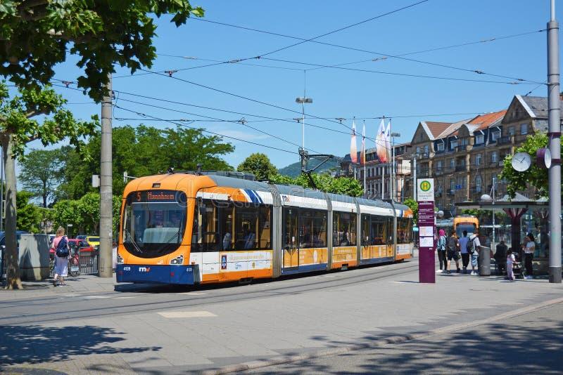 Stad centrum geroepen 'Bismarkplatz met stadsspoorweg en busverbinding en mensen op een zonnige dag, lijn die nummer 5 op passang stock afbeeldingen