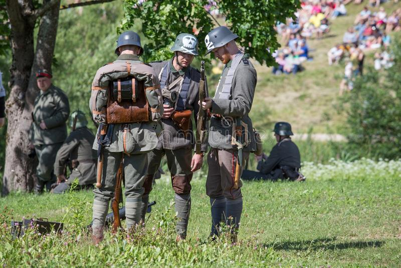 Stad Cesis, lettisk republik Århundrade av Cesis stridrekonstruktion för baltiska staterna Vapen och soldater 22 06 2019 fotografering för bildbyråer