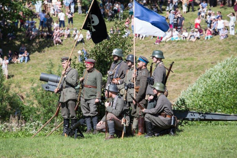 Stad Cesis, lettisk republik Århundrade av Cesis stridrekonstruktion för baltiska staterna Vapen och soldater 22 06 2019 royaltyfria bilder