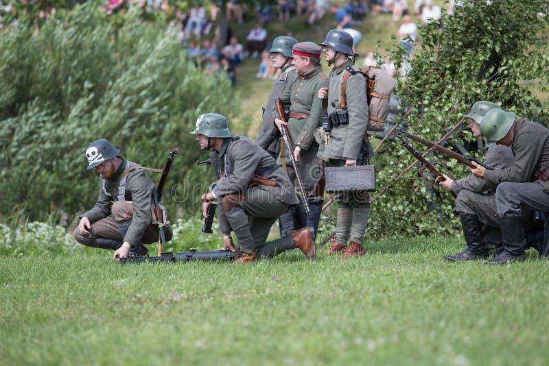 Stad Cesis, lettisk republik Århundrade av Cesis stridrekonstruktion för baltiska staterna Vapen och soldater 22 06 2019 royaltyfri fotografi