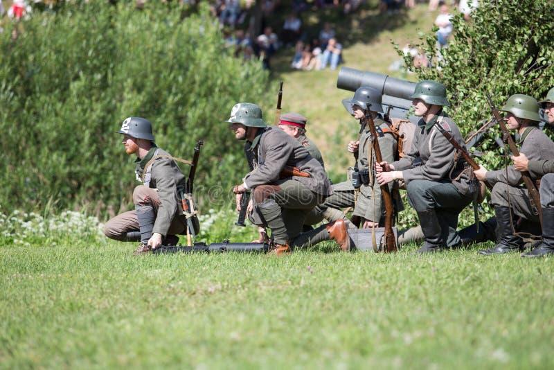 Stad Cesis, lettisk republik Århundrade av Cesis stridrekonstruktion för baltiska staterna Vapen och soldater 22 06 2019 arkivfoton