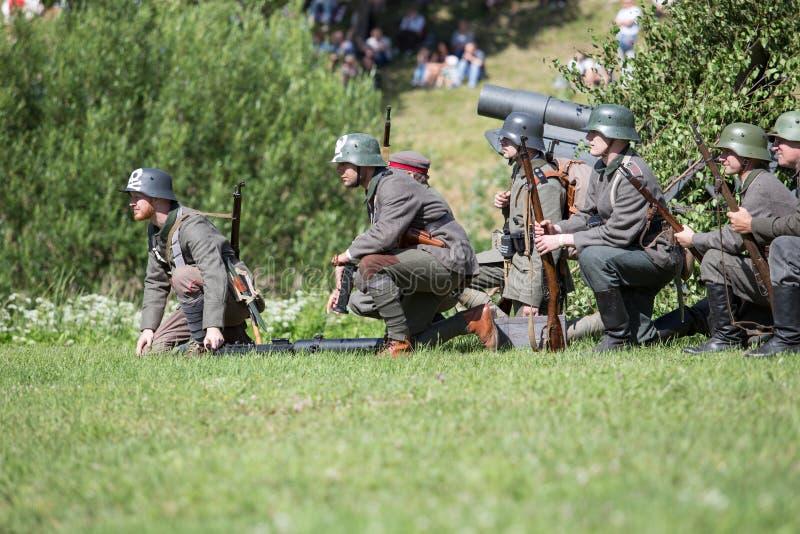 Stad Cesis, lettisk republik Århundrade av Cesis stridrekonstruktion för baltiska staterna Vapen och soldater 22 06 2019 royaltyfria foton