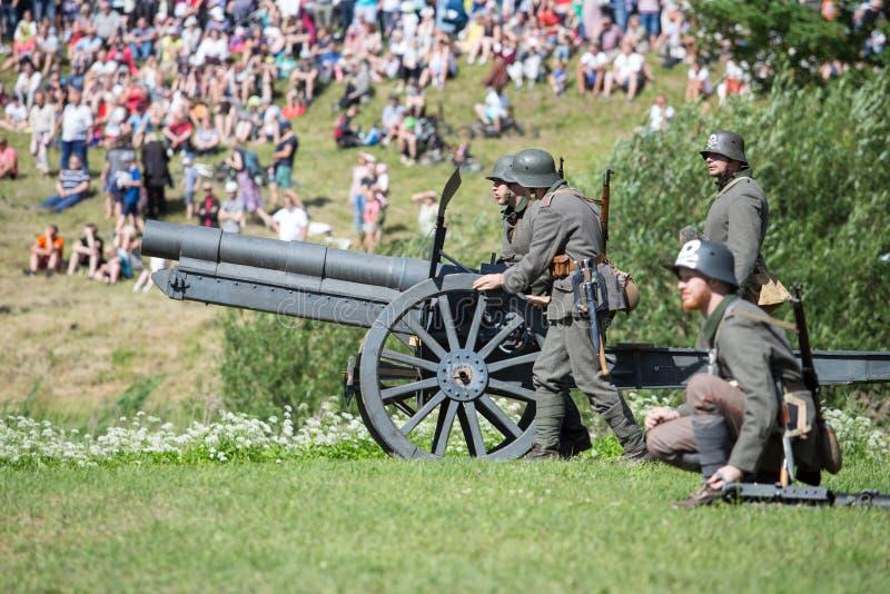 Stad Cesis, lettisk republik Århundrade av Cesis stridrekonstruktion för baltiska staterna Vapen och soldater 22 06 2019 arkivfoto