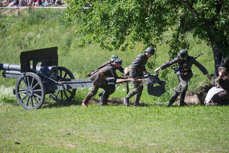 Stad Cesis, lettisk republik Århundrade av Cesis stridrekonstruktion för baltiska staterna Vapen och soldater 22 06 2019 royaltyfri foto