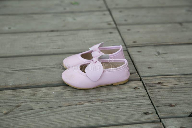 Stad Cesis, lettisk republik Rosa färger behandla som ett barn byten för att stå på ett trägolv Juli 14 2019 Loppfoto arkivfoton