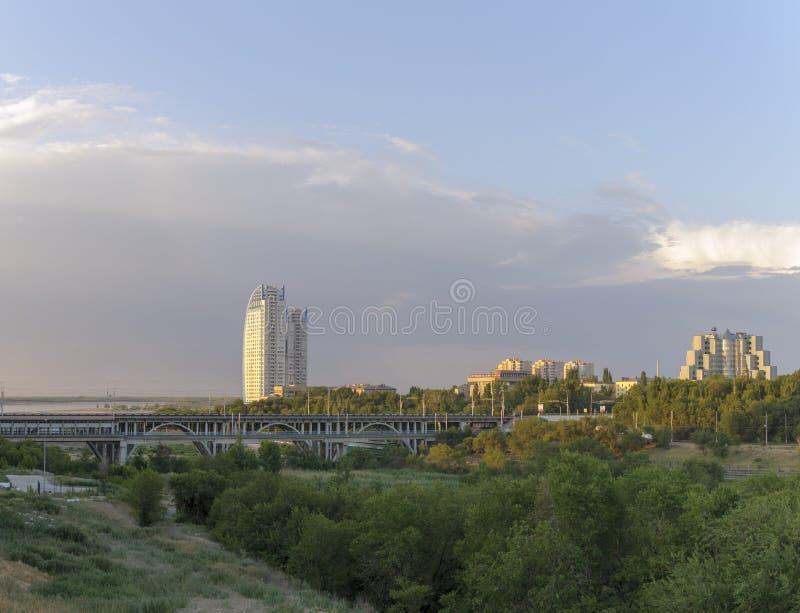 Stad in de eerste stralen van de zon royalty-vrije stock foto