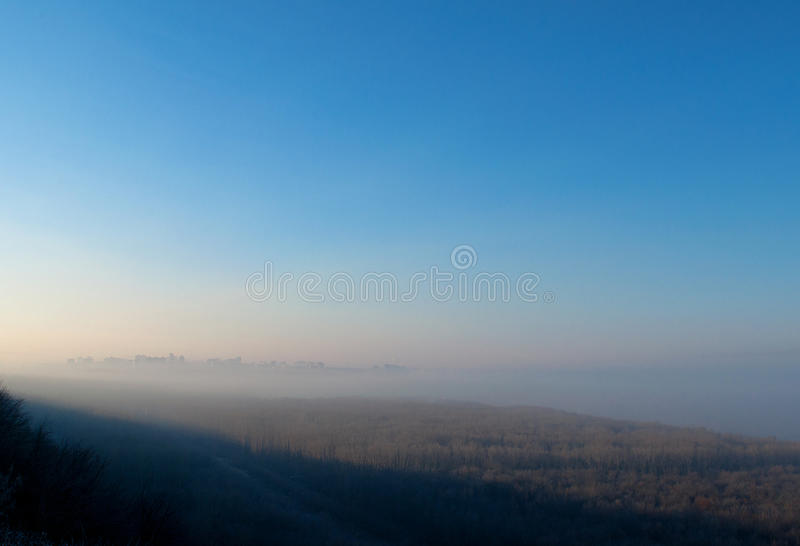 Stad in de mist royalty-vrije stock foto