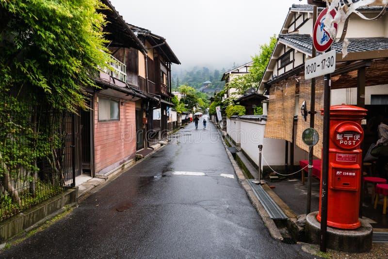 Stad die van Itsukushima Torii-Poort in Miyajima drijven royalty-vrije stock afbeeldingen