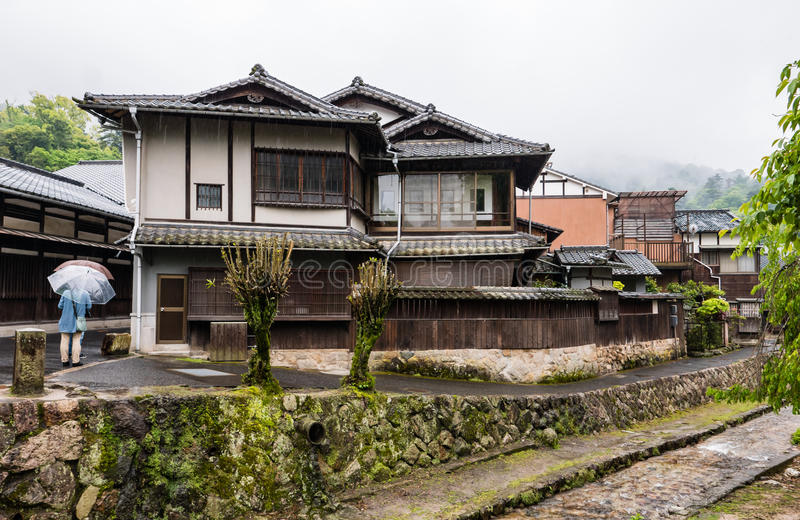 Stad die van Itsukushima Torii-Poort in Miyajima drijven stock afbeeldingen
