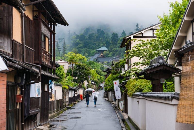 Stad die van Itsukushima Torii-Poort in Miyajima drijven stock foto's
