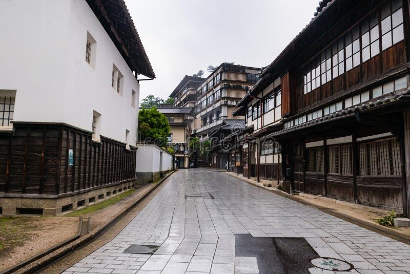Stad die van Itsukushima Torii-Poort in Miyajima drijven stock afbeelding