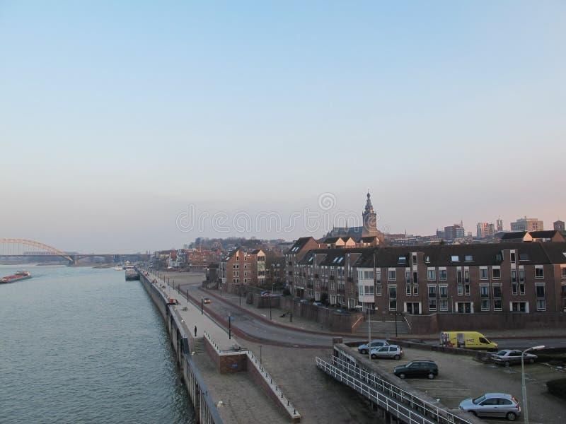 Stad door de rivier stock foto's